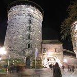 La torre e l'ingresso al mercatino artigiano