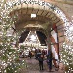 L'ingresso al mercatino artigiano addobbato per il Natale