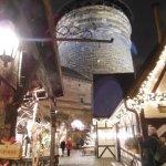 L'interno del mercato artigiano e sullo sfondo la torre