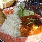 le menu à 8,95€ (poulet au curry, samoussa, salade)