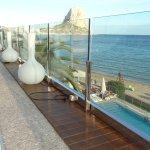 Las exclusivas camas balinesas sobre la piscina y playa con el Peñon de Ifach al fondo.