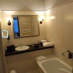 Bad im Doppelzimmer mit Dusche und Badewanne
