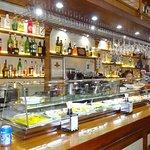 """Este es Juan Martinez propietario del restaurante """"El Andaluz""""en su barra donde se tapea con pri"""