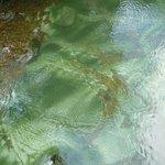 Piedras de mármol debajo en el cauce del río