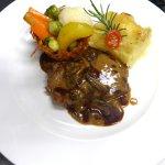 Kalbsteack mit Morchelsauce, Saisonales Gemüse und Kartoffelgratin