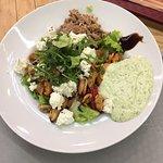 Салат Марына с тунцом, мидиями мягким сыром и замечены мы овощами. Очень вкусно!