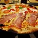 Pizza con pomodoro, mozzarella, scamorza, speck e con pomodoro, pomodorini, fior di latte, basil