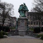 La statue principale, de dos