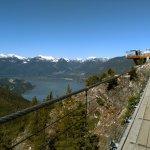 Die Hängebrücke mit Blick in den Sound