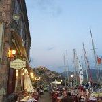 la vue sur les passants, le port et les autres tables