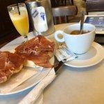 tostada tomate aceite jamón avec son café et son jus d'orange naturel