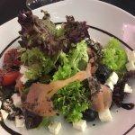 Ensalada de salmon y queso con vinagreta de aceitunas negras