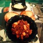 Carne melosísima con arepitas y salsa