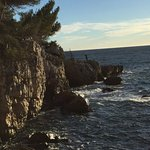 Les rochers plongent dans la mer, en dessous du sentier