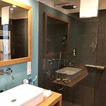 Dusche und Waschbecken neben Holz