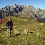 Yo, Lucia con el refugio del Castillo de ACher y al fondo el Pico Peñaforca.