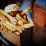 Puntzak verse friet van ons eigen pieperras met zeezout en 'n kwak mayo.