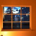 Cohen représenté derrière la fenêtre dans sa maison de Californie