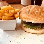 hamburguesa a la francesa con queso azul y cebolla caramelizada
