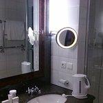 Bad Blickrichtung rechts, hinter der Dusche ist das separate WC