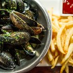 MUSCHELN Mussels steamed with white wine, butter, garlic, parsley, shallots, tomatoes, saffron,