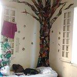 Decoração do quarto de 8 pessoas. Iluminado e arejado. A bagunça das camas é por nossa conta.
