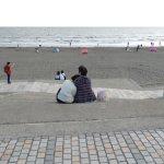 la playa con arena gris