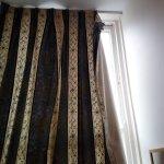 El descuido se nota hasta en las cortinas
