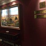 Koridor menuju kamar dengan lukisan yang bagus