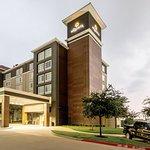 Photo of La Quinta Inn & Suites Arlington North 6 Flags Dr