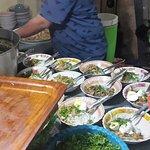 Jajaran mangkok soto siap disajikan