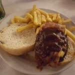 hamburguesa super con queso, bacon y salsa BBQ