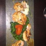 Camarones grandes al a plancha con kalen, diente de ajo, tomate cherry confitado, crema con wasa
