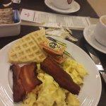 Desayuno muy rico y variado. Jugos naturales, té, café, leche, chocolate, yogur, cereales, etc