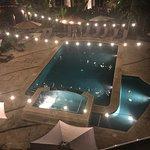 Esta es la piscina vista desde el balcón de la habitación que estábamos y tiene jacuzzi.