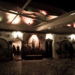 Terraza Cueva La Rocío de noche. Dos cuevas para el espectáculo flamenco y una cueva restaurante