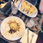 Le fameux trio de tacos, et l'assiette Nachos.