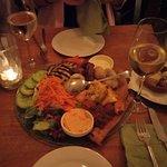Klassischer Tapas Teller für 30€, viel Platz mit  Salat gefüllt