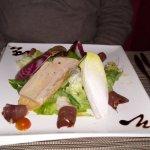 repas à 35 e uros entrée: salade avec foie gras et petits morceaux de cailles