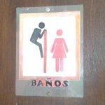 De muy mal gusto el cartel del baño. #NiUnaMenos