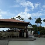 Bar a las orillas de la playa, bello.