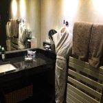 Salle de bain avec douche et grande baignoire