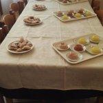 Tavolo di ravioli fritti e geli al limone, cannella e mandorla