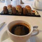 домашний хлеб и кофе утром