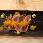 Tataki de atún rojo, kakis, ganache de aguacate con chocolate, cilantro y olivas negras.