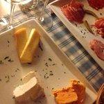 Assiette de fromages et de charcuterie