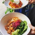 bowl de salmon y pappardelle con burrata