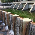 Dique que contiene y regula la corriente del río.