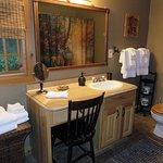 Deer Lodge Cabin Upper Bathroom