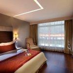 Foto van Mahagun Sarovar Portico Suites